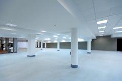 Salão espaçoso vazio do prédio de escritórios Fotografia de Stock Royalty Free