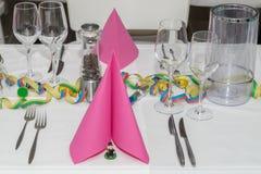 Salão festivo do banquete do ajuste da tabela Imagens de Stock Royalty Free