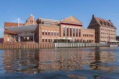 Salão filarmônico na ilha de Olowianka em Gdansk e em rio de Motlawa, Polônia imagens de stock royalty free
