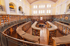Salão largo da rua da biblioteca central do estado de Karnataka com as estantes de madeira velhas fotos de stock