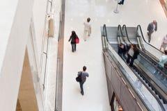 Salão moderno da compra com escada rolante Fotografia de Stock Royalty Free