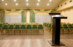 Salão moderno do auditório com tribuna Fotografia de Stock Royalty Free