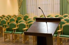 Salão moderno do auditório com tribuna Imagem de Stock Royalty Free
