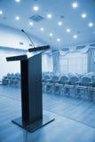 Salão moderno do auditório com tribuna Foto de Stock Royalty Free