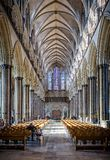 Salão principal da catedral de Salisbúria com janela de vitral Salisbúria recolhido reflexão, Wiltshire, Reino Unido fotos de stock