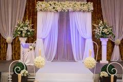 Salão pronto para convidados, luxo da cerimônia de casamento, casamento elegante r fotos de stock royalty free