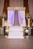 Salão pronto para convidados, luxo da cerimônia de casamento, casamento elegante r foto de stock