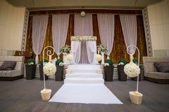 Salão pronto para convidados, luxo da cerimônia de casamento, casamento elegante r fotos de stock