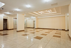 Salão Roomy do edifício residencial moderno fotografia de stock royalty free