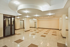 Salão Roomy do edifício residencial moderno fotos de stock royalty free