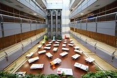Salão vazio com as tabelas antes da voz global da juventude Imagem de Stock Royalty Free