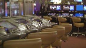 Salão vazio moderno do casino com máquinas de jogo Conceito de jogo vídeos de arquivo