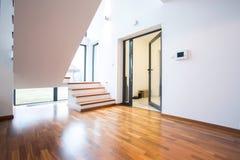 Salão vazio na mansão luxuosa Imagens de Stock