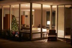 Salón adornado para la Navidad vista de exterior Imagen de archivo