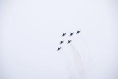 Salón aeronáutico en el cielo sobre la escuela del vuelo del aeropuerto de Krasnodar Airshow en honor del defensor de la patria M Fotografía de archivo