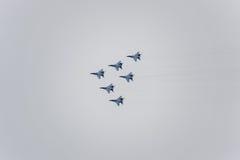Salón aeronáutico en el cielo sobre la escuela del vuelo del aeropuerto de Krasnodar Airshow en honor del defensor de la patria M Fotos de archivo