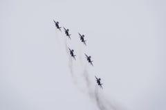 Salón aeronáutico en el cielo sobre la escuela del vuelo del aeropuerto de Krasnodar Airshow en honor del defensor de la patria M Imagenes de archivo