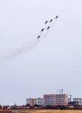 Salón aeronáutico en el cielo sobre la escuela del vuelo del aeropuerto de Krasnodar Airshow en honor del defensor de la patria M Imágenes de archivo libres de regalías