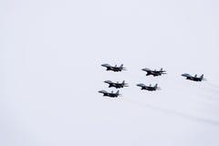Salón aeronáutico en el cielo sobre la escuela del vuelo del aeropuerto de Krasnodar Airshow en honor del defensor de la patria M Imagen de archivo