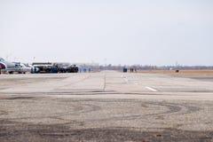 Salón aeronáutico en honor del defensor de la patria La pista para los aviones de combate Imagenes de archivo