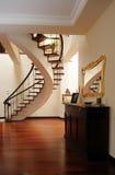Salón agradable con las escaleras interiores Imagen de archivo