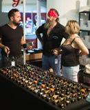Salón con diversas máquinas profesionales del tatuaje para la venta en sh Fotos de archivo