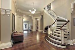 Salón con la escalera curvada