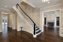 Salón con la escalera curvada Fotografía de archivo