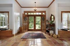 Salón con los suelos de cerámica anaranjados Imagen de archivo libre de regalías