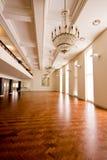 Salón de baile vacío con el suelo de madera Foto de archivo libre de regalías
