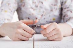 Salón de belleza, aplicación de la manicura, cortando la cutícula con scisso Fotos de archivo libres de regalías