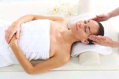 Salón de belleza, la mujer en el masaje de cara Imagen de archivo libre de regalías