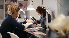 Salón de belleza - manicura profesional para la mujer joven atractiva almacen de video