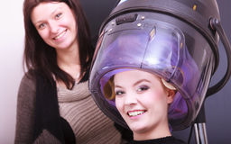 Salón de belleza rubio hermoso del peluquero de los rodillos de los bigudíes de pelo de la muchacha Imagen de archivo libre de regalías
