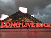 Salón de la fama de la roca en la noche fotos de archivo libres de regalías