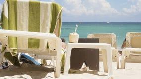 Salón de la tabla y de la calesa en la playa Coco con una paja contra la perspectiva del mar 4K almacen de video