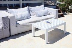 Salón de la terraza con el sofá blanco en un centro turístico de verano Fotos de archivo libres de regalías