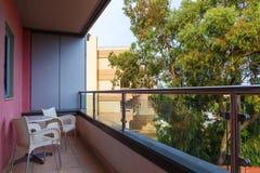 Salón de la terraza con la opinión de las butacas y de la ciudad de la rota en un hotel turístico Foto de archivo libre de regalías