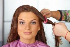 Salón de pelo. Corte de pelo del ` s de las mujeres. El peinarse. Imagen de archivo