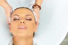 Salón de pelo. El lavarse con champú. Foto de archivo libre de regalías