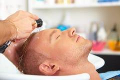 Salón de pelo. El lavarse con champú. Fotografía de archivo libre de regalías