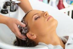 Salón de pelo. El lavarse con champú. Fotografía de archivo