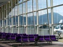 Salón del aeropuerto - fila de sillas fotos de archivo