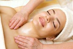 Salón del balneario: Mujer joven hermosa que tiene masaje del aceite imagenes de archivo