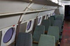Salón del pasajero del viejo avión fotos de archivo