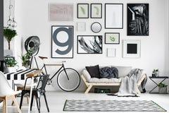 Salón en blanco y negro imagen de archivo