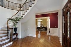 Salón en hogar de lujo con la escalera curvada Imagenes de archivo
