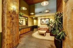 Salón hermoso con el ladrillo y el ajuste de madera Edificio residencial Foto de archivo libre de regalías