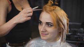 Salón profesional del color del pelo Bastante y muchacha sonriente vino a su estilista almacen de video