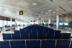 Salón que espera del terminal de aeropuerto Imagenes de archivo